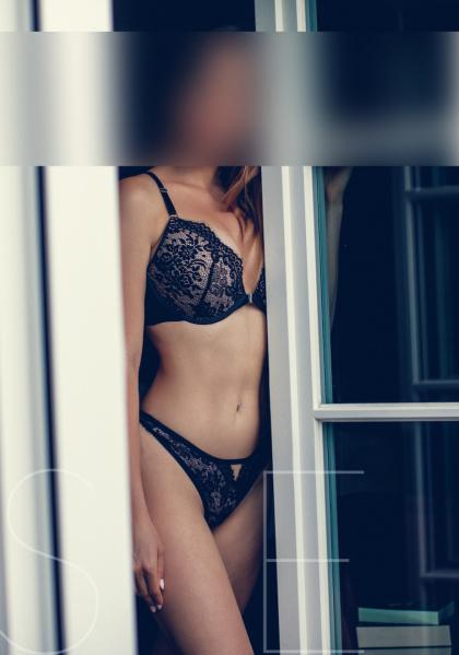 brunette-escort-model-frankfurt